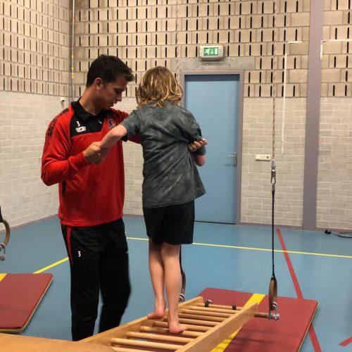 Bij de Antoon van Dijkschool hebben Helmond Sport spelers geholpen en meegedaan tijdens de gymles. Supergaaf voor deze kids!