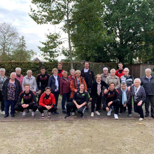 Helmond Sport spelers bewegen samen met ouderen tijdens de Samen Fit lessen op Alphonsus.