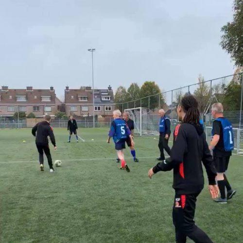 Old Stars Walking Football samen met Helmond Sport Spelers