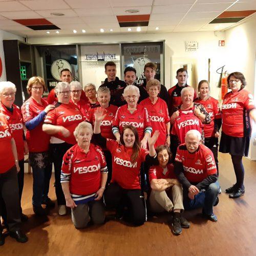 Samen met de Samen Fit groep naar het Helmond Sport stadion. Koffie met gebak, rondleiding, kerstbomen versieren, sporten met al die trappen en ook nog eens shirtjes cadeau gekregen.